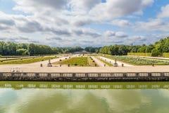 Parkera och det dekorativa staketet av kanalen i godset av Vaux-le-Vicomte, Frankrike Royaltyfria Bilder