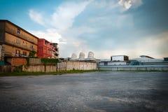 Parkera och gammal fabriksbyggnad i Bangkok Royaltyfri Fotografi