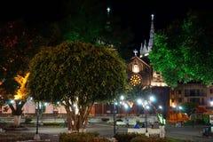 Parkera och kyrkan i mitt av staden Royaltyfri Bild