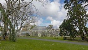 Parkera och växthuset i Dublin botaniska trädgårdar i vår arkivfoto