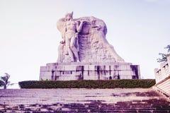 Parkera på ett högt berg i Kina, hjort vände hans huvud hög staty av en flicka med en pojkvän en nationell legend arkivfoto
