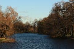 Parkera på flodbanken Arkivbild