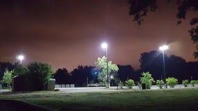 Parkera på natten, röd himmel, inga filter royaltyfria bilder