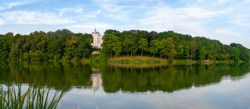 Parkera panorama med den lilla floden i staden av Bogoroditsk arkivbild