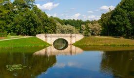 Parkera panorama med den lilla floden i staden av Gatchina royaltyfri bild