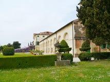 Parkera runt om den Emo villan i Italien Arkivfoton
