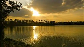 Parkera sjön, solnedgången, naturen, grönska, floden, himmel, sol arkivbilder