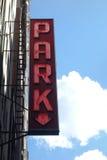 Parkera tecknet med pilen Arkivfoto