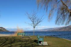 Parkera vid sjön i vår Arkivfoto