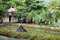 Parkera zonen Le Domaine Les Pailles i en solig dag. Mauritius. Arkivbild