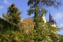 Parkera Zruc nad Sazavou - vägg- och slotttornet royaltyfri bild