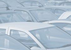 Parkerad bilbakgrund Arkivbild