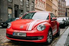 Parkerad Front View Of Red Volkswagen ny utskjutande Cabrioletbil Royaltyfri Bild