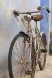 Parkerad gammal cykel Fotografering för Bildbyråer