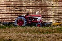Parkerad gammal traktor Royaltyfri Bild
