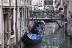 Parkerad gondol i Venedig royaltyfri fotografi
