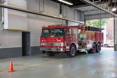 Parkerad inre brandman Station för brandlastbil arkivbild
