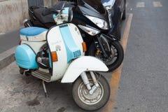 Parkerad klassisk för Vespasparkcyklar för gammal stil ställning Royaltyfria Foton