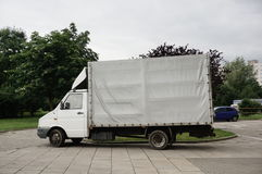Parkerad leveranslastbil Arkivfoto