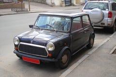 Parkerad mycket liten svart bil Arkivbilder