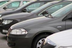 Parkerad ona för affär som nya bilar framme parkerar av motoriskt återförsäljarelager royaltyfri foto