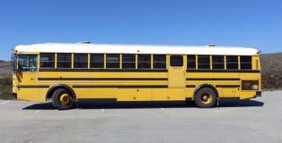 Parkerad skolbuss Arkivbild