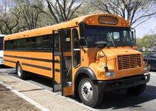 Parkerad skolbuss Fotografering för Bildbyråer