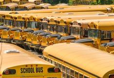 Parkerad skolbuss - bussar Arkivbild