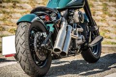 Parkerad svart grön naken cykel Royaltyfria Bilder