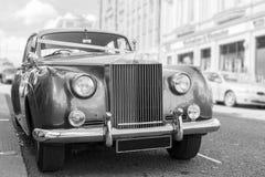 Parkerad tappningbröllopbil Royaltyfri Fotografi