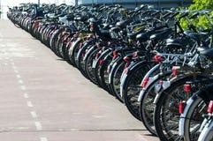 parkerade amsterdam cyklar Royaltyfri Fotografi
