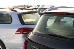 Parkerade bilar på mycket Rad av nya bilar på parkeringen för bilåterförsäljare Royaltyfri Bild