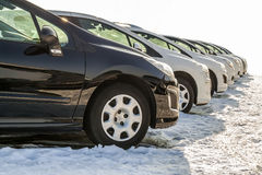 Parkerade bilar på mycket Rad av nya bilar på parkeringen för bilåterförsäljare Arkivbild