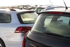 Parkerade bilar på mycket Rad av nya bilar på parkeringen för bilåterförsäljare Fotografering för Bildbyråer