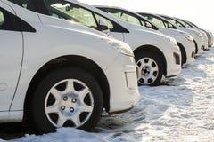 Parkerade bilar på mycket Rad av nya bilar på parkeringen för bilåterförsäljare Arkivfoto