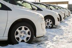 Parkerade bilar på mycket Rad av nya bilar på parkeringen för bilåterförsäljare Royaltyfria Bilder