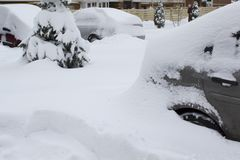 Parkerade bilar under snöräkningen Vinter som parkerar bakgrund royaltyfri bild