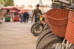 parkerade cykelcyklar för hyra på trottoaren royaltyfria bilder