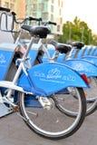 Parkerade cyklar av stadscykelhyra Arkivbilder