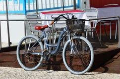 Parkerade cyklar, Costa Nova, Portugal Arkivbilder