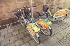 Parkerade cyklar för hyra Arkivfoto