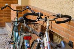 Parkerade cyklar i den Berlin gatan Arkivbilder