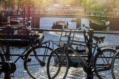 Parkerade cyklar i den härliga staden av Amsterdam, Holland Royaltyfri Bild