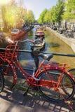 Parkerade cyklar i den härliga staden av Amsterdam, Holland Arkivfoton