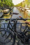 Parkerade cyklar i den härliga staden av Amsterdam, Holland Royaltyfri Foto