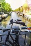 Parkerade cyklar i den härliga staden av Amsterdam, Holland Royaltyfria Bilder