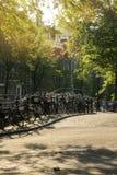 Parkerade cyklar i den härliga staden av Amsterdam, Holland Arkivbild