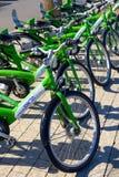 Parkerade cyklar i mitt av Tel Aviv Arkivfoto