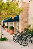 Parkerade cyklar i parkeringsplatsen under den gulnade lönnen i Tiva Royaltyfria Bilder