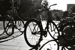 Parkerade cyklar i staden Royaltyfri Fotografi